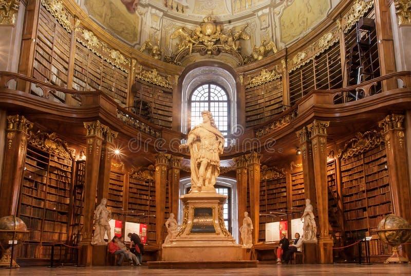 Sculpture antique dans l'intérieur de vieux livres de la Bibliothèque nationale autrichienne photographie stock libre de droits