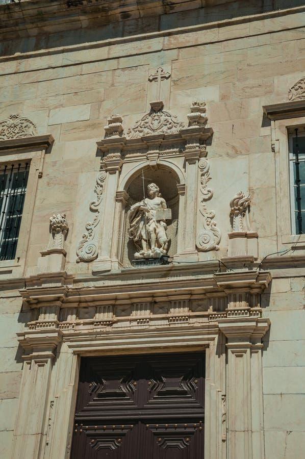 Sculpture au-dessus de la porte d'entrée sur la façade d'église découpée en marbre photos stock