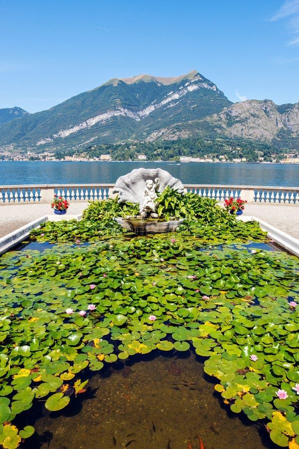 Sculpture avec l'étang japonais devant la villa Melzi photo stock