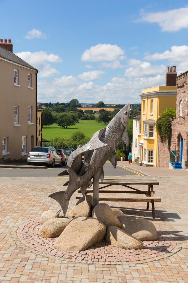 Sculpture BRITANNIQUE en Herefordshire Angleterre de Ross-sur-montage en étoile de trois saumons en été image stock