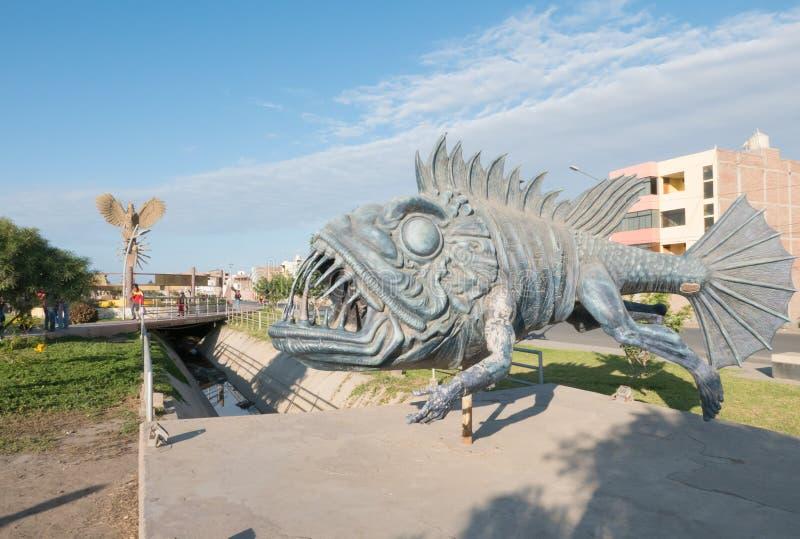 Sculpture Chiclayo Pérou en monstre de poissons images stock