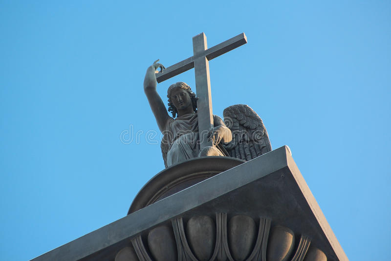 Sculpture d'un ange avec la croix et le serpent image stock