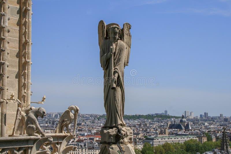 Sculpture d'un ange sur le toit de la cathédrale de Notre Dame images libres de droits