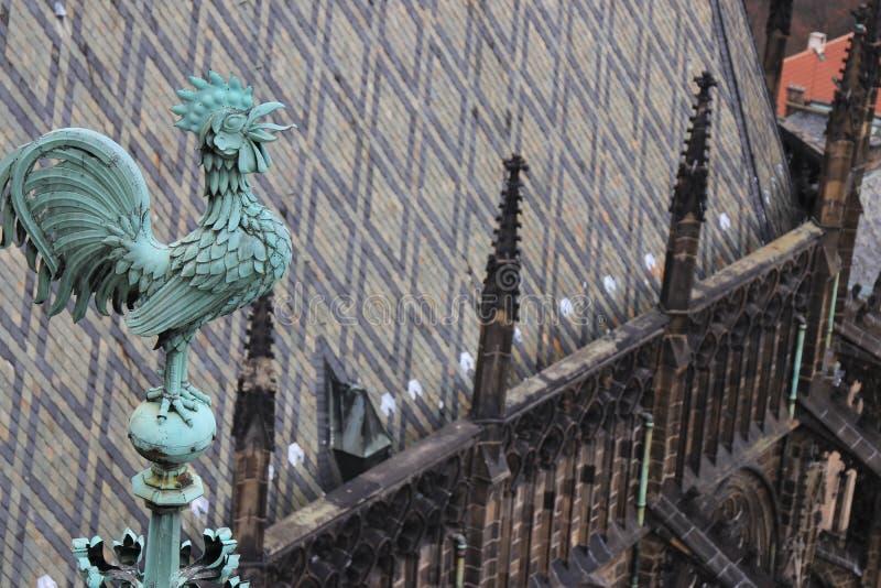 Sculpture d'un coq sur un bâtiment historique à Prague images stock
