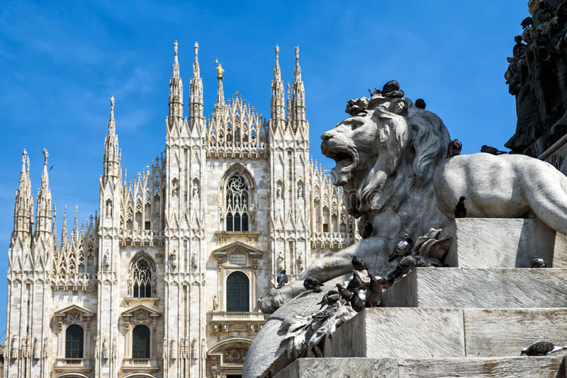 Sculpture d'un lion devant Milan Cathedral image stock
