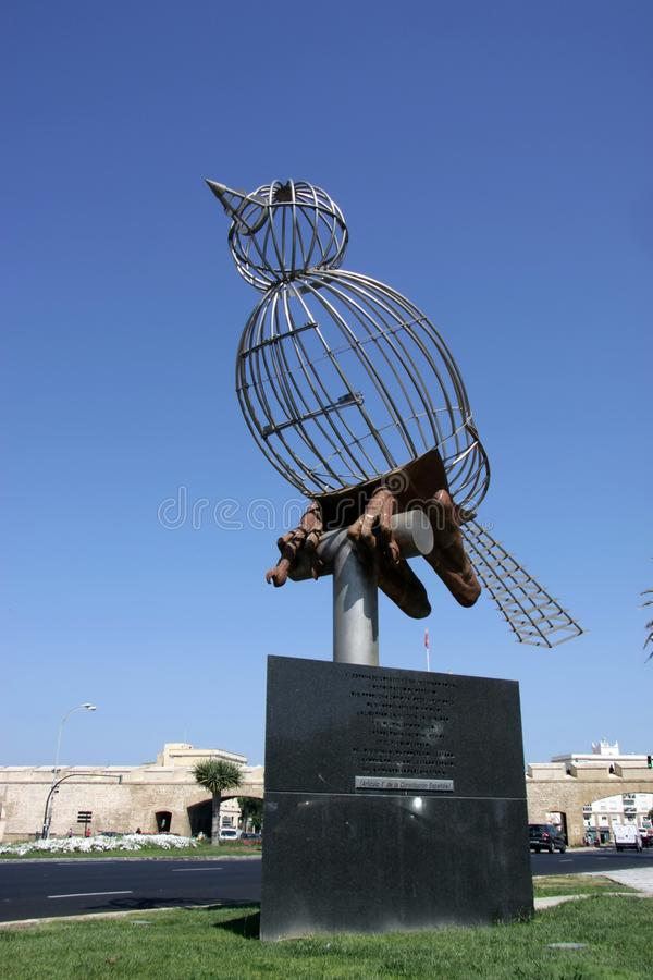 Sculpture d'un oiseau sur la place de constitution, une des places principales de Cadix images libres de droits