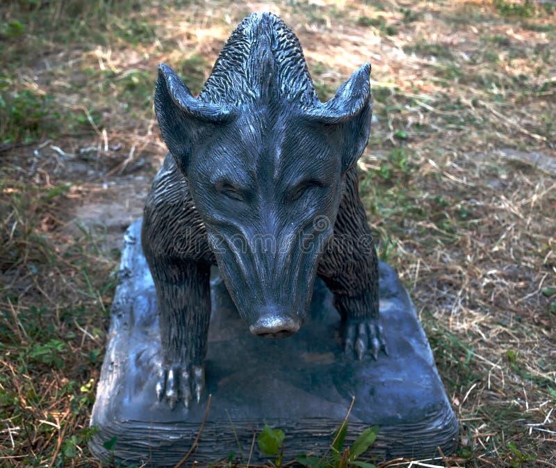 Sculpture d'un sanglier au sol photographie stock libre de droits