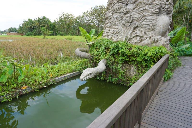 Sculpture d'un serpent à la forêt de singe en Indonésie, Bali, 09 08 2018 photos stock