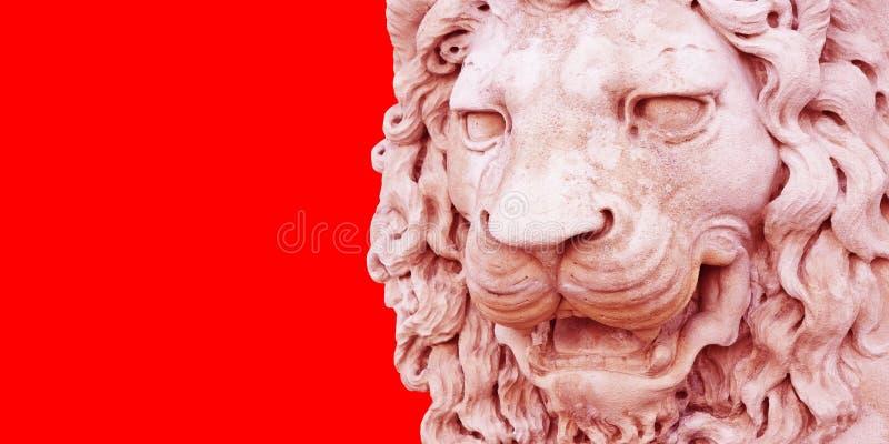 Sculpture d'une tête médiévale de lion de l'Italie en pierre photo stock