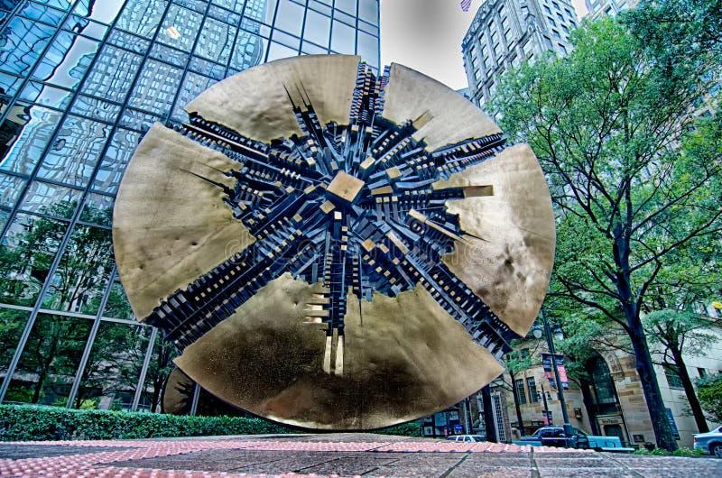 Sculpture dans le grand disque de la ville haute de Charlotte photographie stock libre de droits