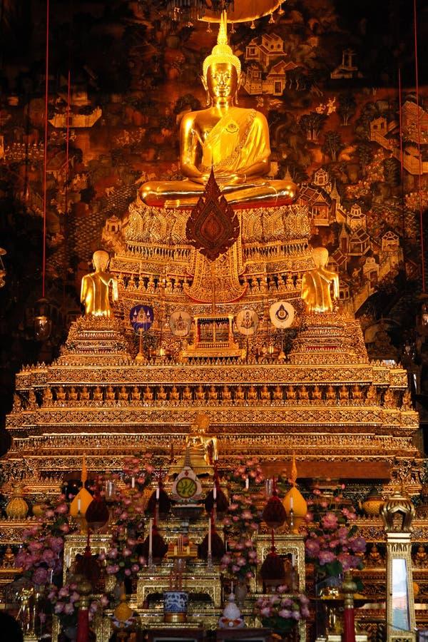 Sculpture de Bouddha dans le temple thaïlandais images stock