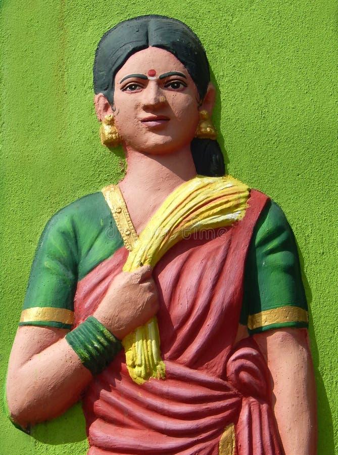 Sculpture de femme indienne de travail agricole, dans la robe traditionnelle, avec le groupe de paddy après moisson photos stock