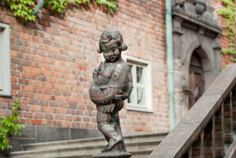Sculpture de garçon avec les poissons de capture dans la cour de Stockholm Stadshuset, établie en 1923 Exemples d'architecture de image stock
