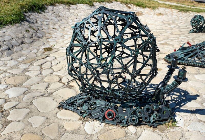 Sculpture de la famille des escargots mécaniques dans Telavi georgia image libre de droits