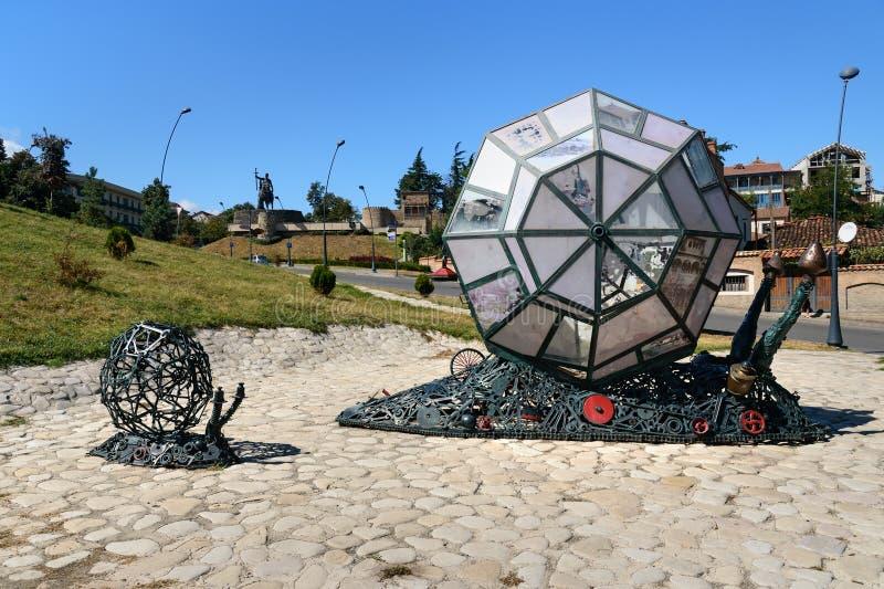 Sculpture de la famille des escargots mécaniques dans Telavi georgia images libres de droits