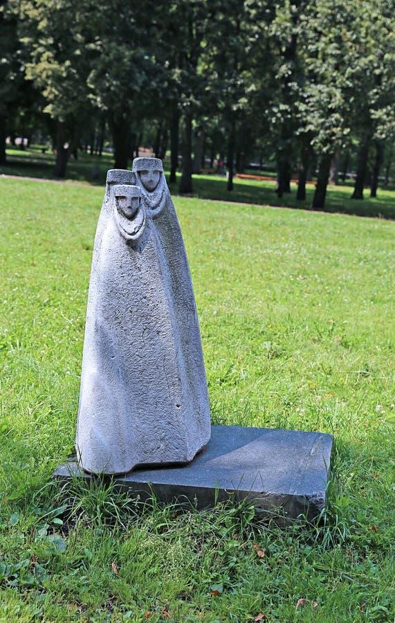 Sculpture de la femme orientale en pierre en parc de Yanka Kupala image stock