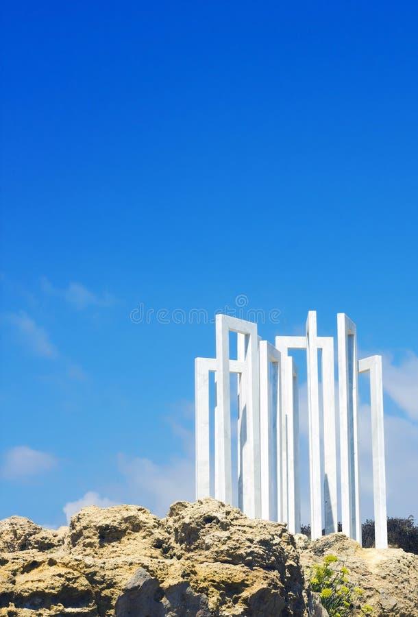 Sculpture de marbre blanche sur la roche par la mer Méditerranée dans Paphos, R image stock