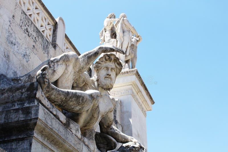Sculpture de marbre d'un homme devant l'entrée photos stock