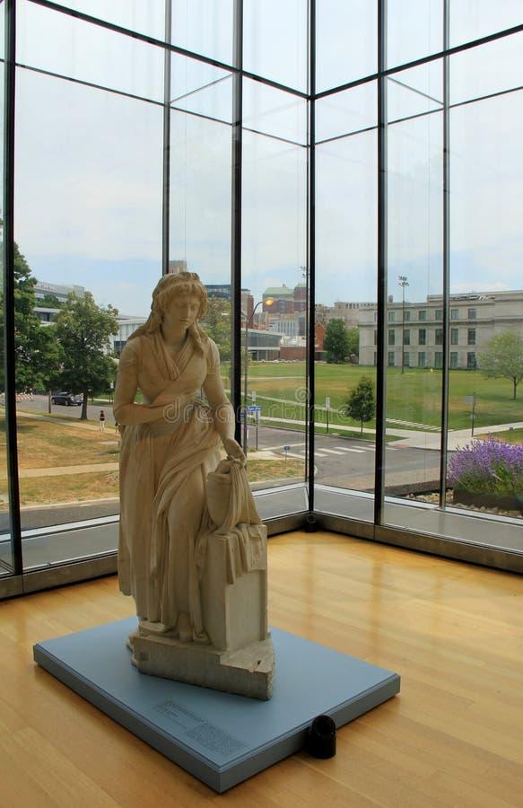 Sculpture de marbre de la dame, ensemble sur le piédestal dans le coin de la pièce, Cleveland Art Museum, Ohio, 2016 photos stock