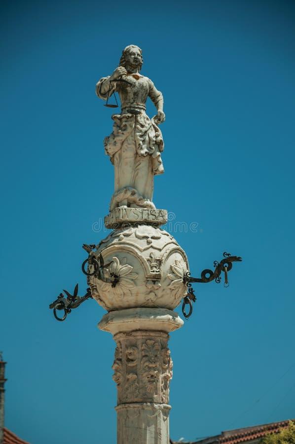 Sculpture de marbre représentant la justice sur le pilori découpé images libres de droits
