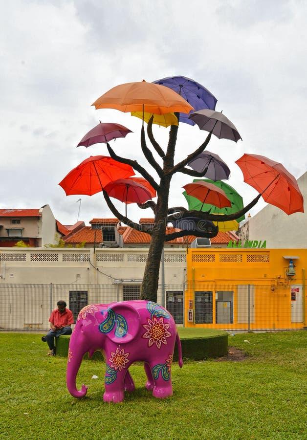 Sculpture de SINGAPOUR d'arbre avec les parapluies colorés contre le ciel bleu en parc public sur la route du sud de pont près de images libres de droits