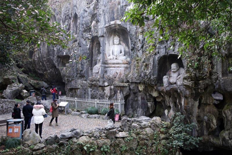 Sculpture de touristes en visite riant Bouddha dans le temple de Lingyin en Han images libres de droits