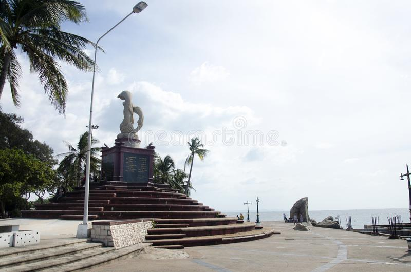 Sculpture des dauphins sur le monument de vagues dans le coup de Laem Thaen Capeat Saen Beachon dans Chonburi, Thailanda image libre de droits