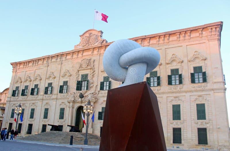 Sculpture devant l'auberge de castille à La Valette, Malte image libre de droits