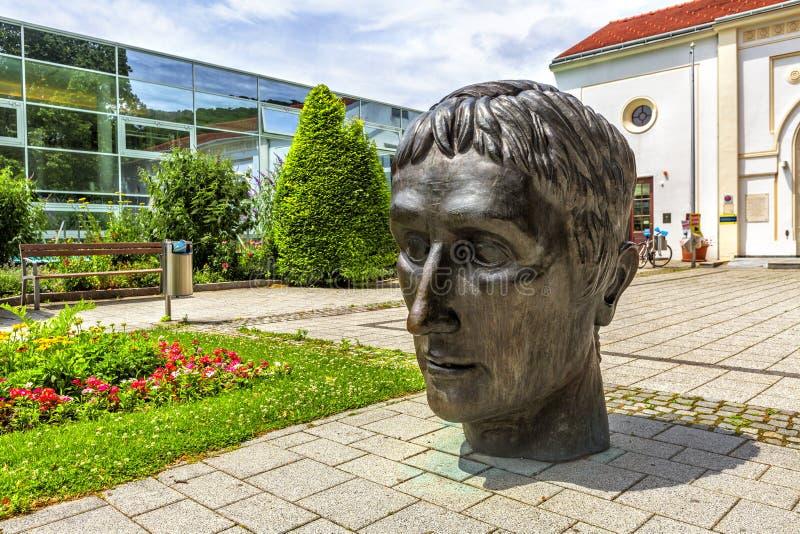 Sculpture devant le bain thermique romain en Baden, Autriche photo stock