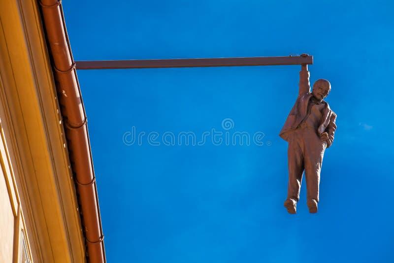 Sculpture du psycho-analyste Sigmund Freud accrochant par une main appelée Man Hanging  image libre de droits