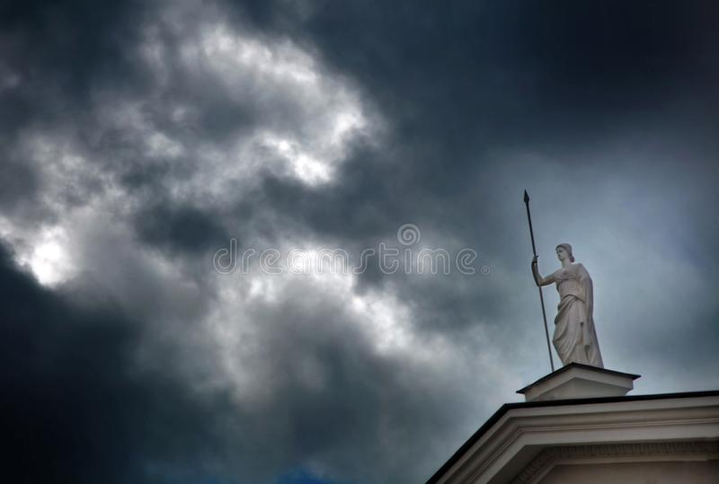 Sculpture en Antigue de la déesse Athéna avec une lance dans sa main photographie stock libre de droits