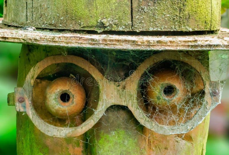 Sculpture en bois dans notre jardin photographie stock libre de droits