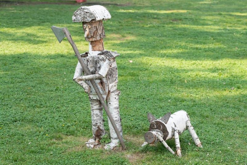 sculpture en bois fabriquée à la main de bouleau sur le fond de l'herbe en parc photos stock