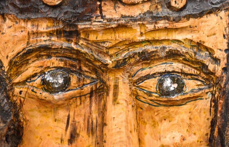 Sculpture en bois en parc sous forme de visage avec une moustache, yeux de la fin en bois  photographie stock libre de droits