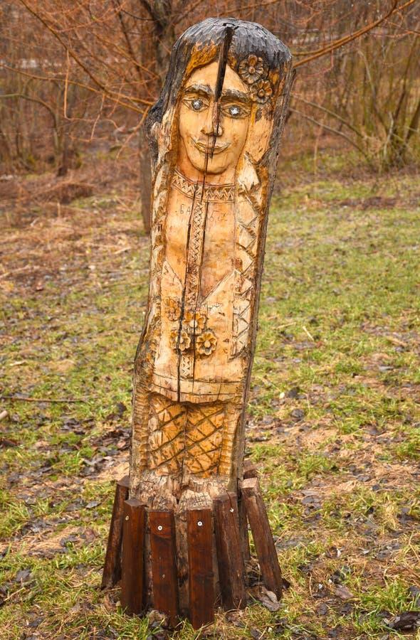 Sculpture en bois en parc sous forme de visage de la femme photo libre de droits