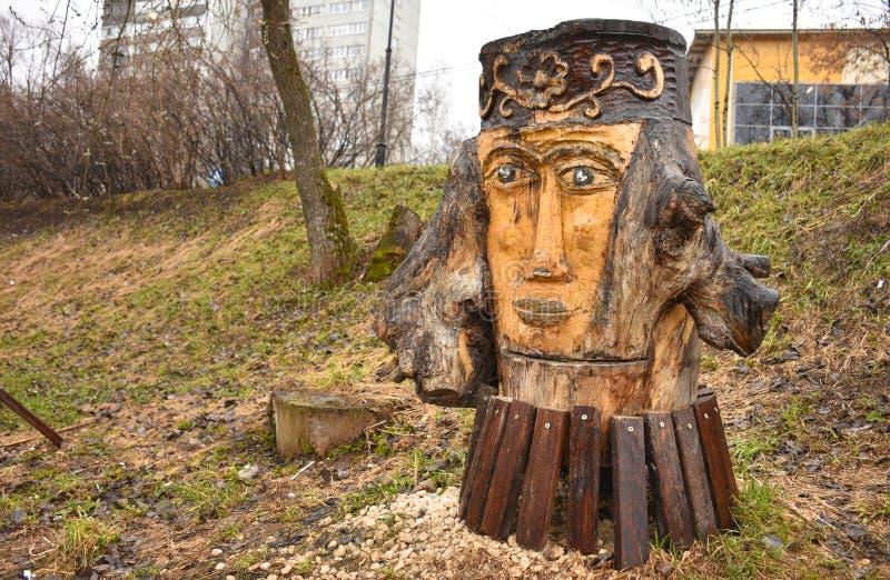 Sculpture en bois en parc sous forme de visage de la femme photos libres de droits