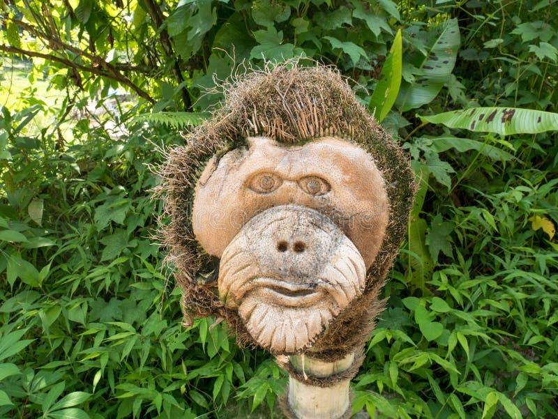 Sculpture en bois principale en orang-outan découpée à la main photos libres de droits