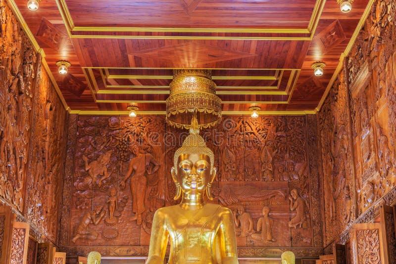 Sculpture en Bouddha avec du bois découpant le fond photo stock