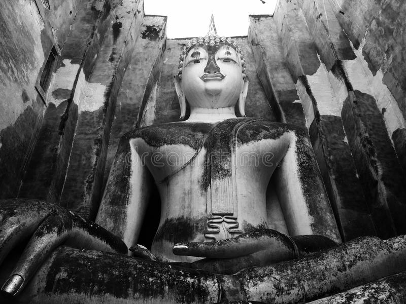 Sculpture en Bouddha dans le temple antique image stock
