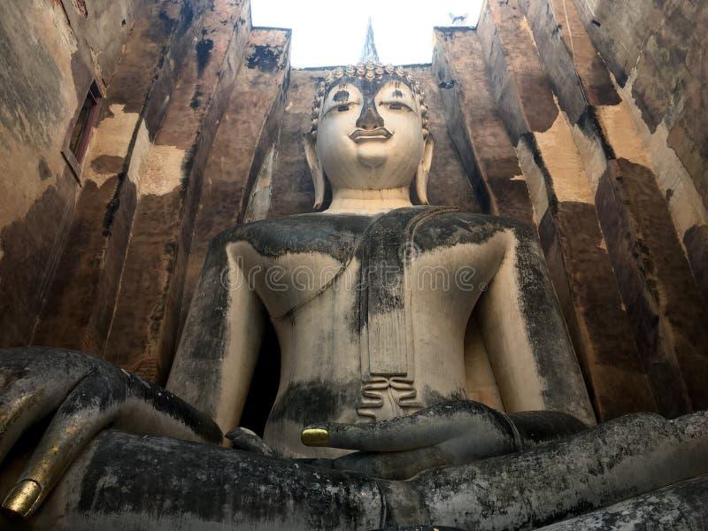 Sculpture en Bouddha dans le temple antique photos stock