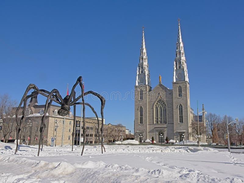 """Sculpture en bronze en araignée de """"Maman """"en air ouvert à côté de la cathédrale de Notre-Dame à Ottawa photo stock"""