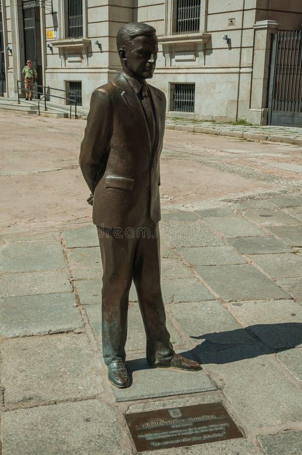 Sculpture en bronze au milieu d'une petite place à Avila images stock