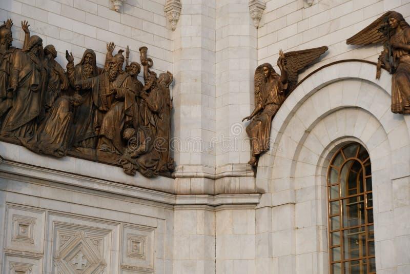 Sculpture en bronze d'or autour de la cathédrale du Christ le sauveur à la ville de Moscou, Russie photo stock
