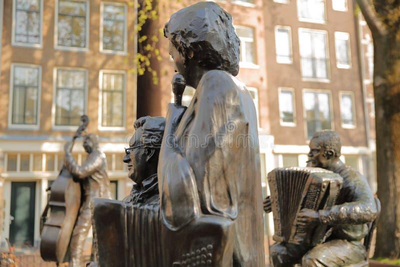 Sculpture en bronze de chanteur néerlandais célèbre Jan Froger avec l'accordéoniste Johnny Meyer et de chanteur Johnny Jordaa photos libres de droits