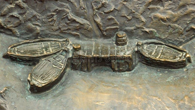 Sculpture en bronze du pilier avec des bateaux photographie stock libre de droits