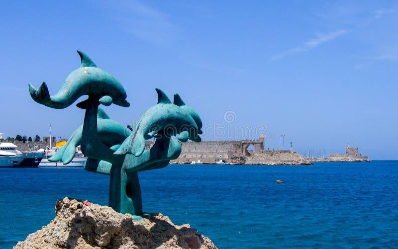 Sculpture en dauphin sur l'île de Rhodes photographie stock