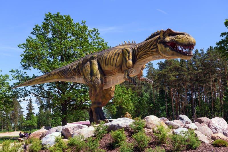 Sculpture en dinosaure en parc naturel en Lettonie image libre de droits