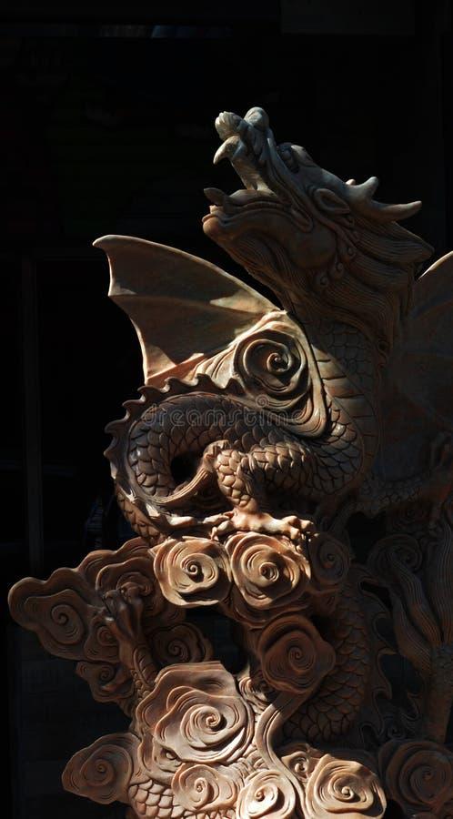 Sculpture en dragon dans le noir image stock