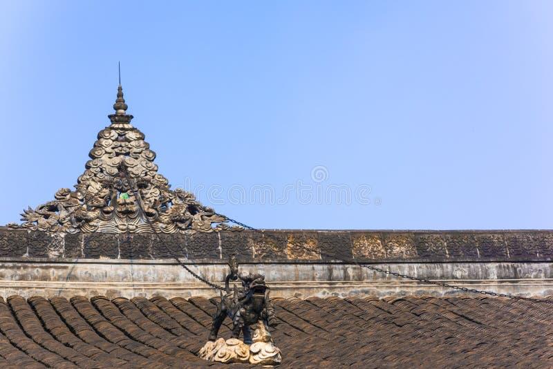 Sculpture en dragon dans les chaînes sur un toit chinois de temple bouddhiste photo stock