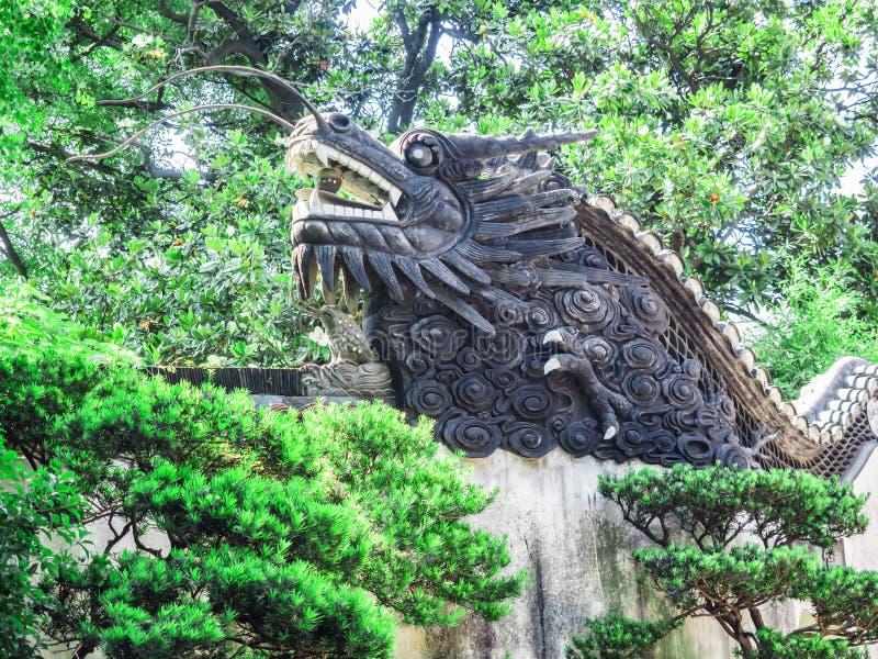 Sculpture en dragon de chinois traditionnel aux jardins de Yu, Changhaï, Chine images stock